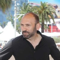 Stefano Savona (Palermo, 1969). Director of documentaries, he dedicated his work as a documentary filmmaker to the issues of immigration and the reception of minorities fighting for freedom. His films have been awarded at Cannes (2018), Nastri d'Argento (2012), the David di Donatello Award (2012) and Locarno (2009).